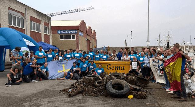 Ecopilas con la limpieza del fondo del puerto de Cudillero